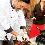 שף מאור נתן חותך בשר בשולחן שוק